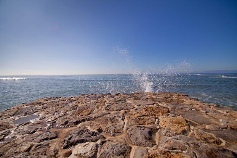 Golf van blauwe oceaan op zandig strand Achtergrond stock foto