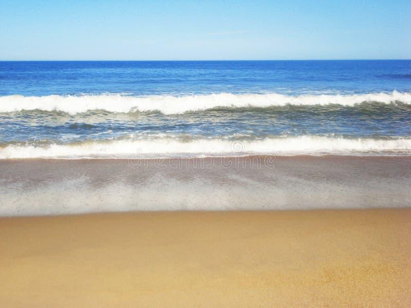 Golf van de Atlantische Oceaan op het strand royalty-vrije stock afbeeldingen