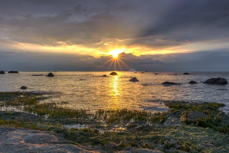 Golf van Finland bij zonsondergang, het Gebied van Leningrad, Rusland royalty-vrije stock afbeeldingen