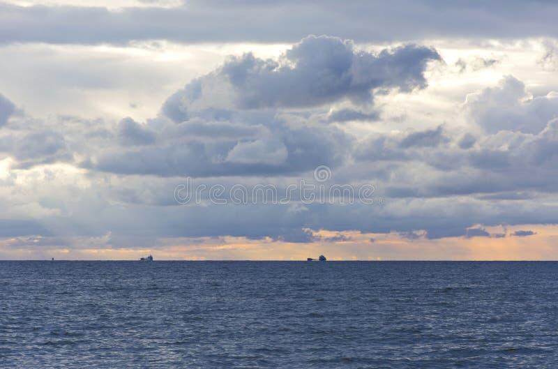Golf van Finland, hemel met wolken bij zonsondergang, schepen op de horizon stock foto