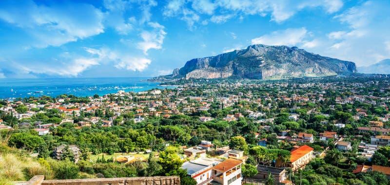 Golf van Mondello en Monte Pellegrino, het eiland van Palermo, Sicilië, Italië royalty-vrije stock fotografie