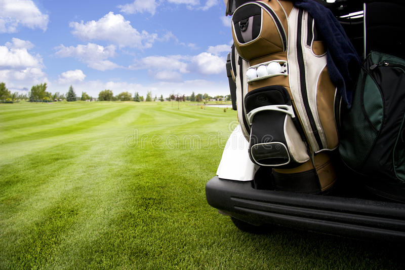 Golf-Wagen auf Golfplatz stockbild
