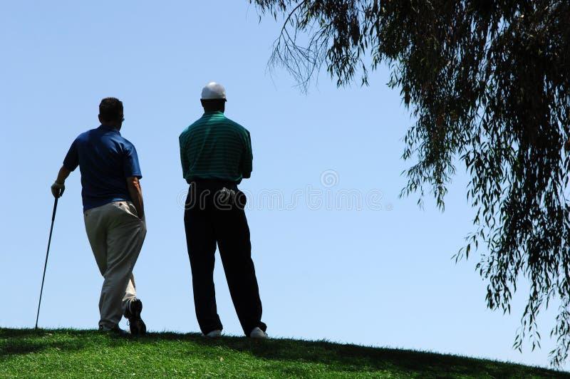 golfare sätter för att vända vänte arkivbild