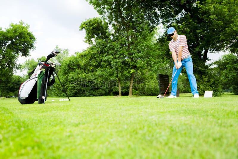 Golfare som får klar att slå drevet arkivbilder
