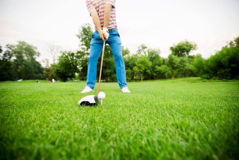 Golfare som får klar att ta ett skott arkivfoto