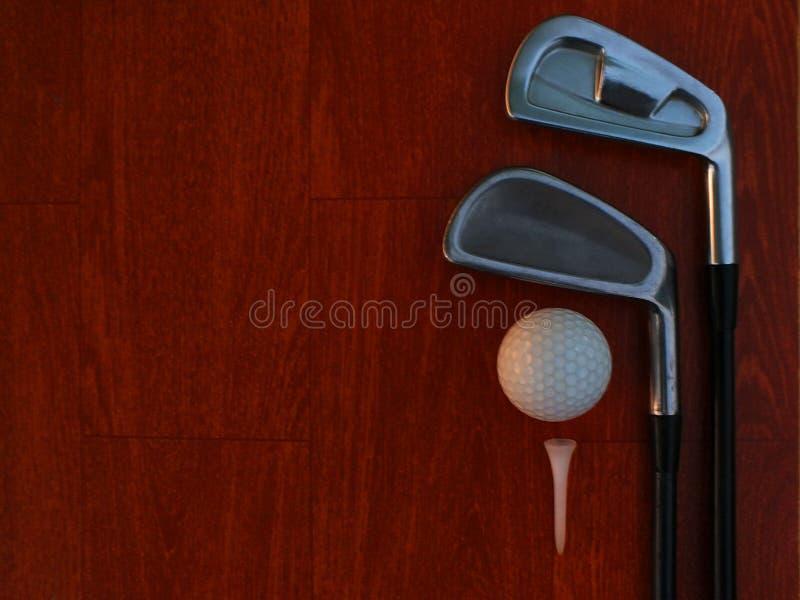 Golfare som s?tter levrat blodsportutrustning f?r att g?ra det 1st tr?loppet royaltyfria foton