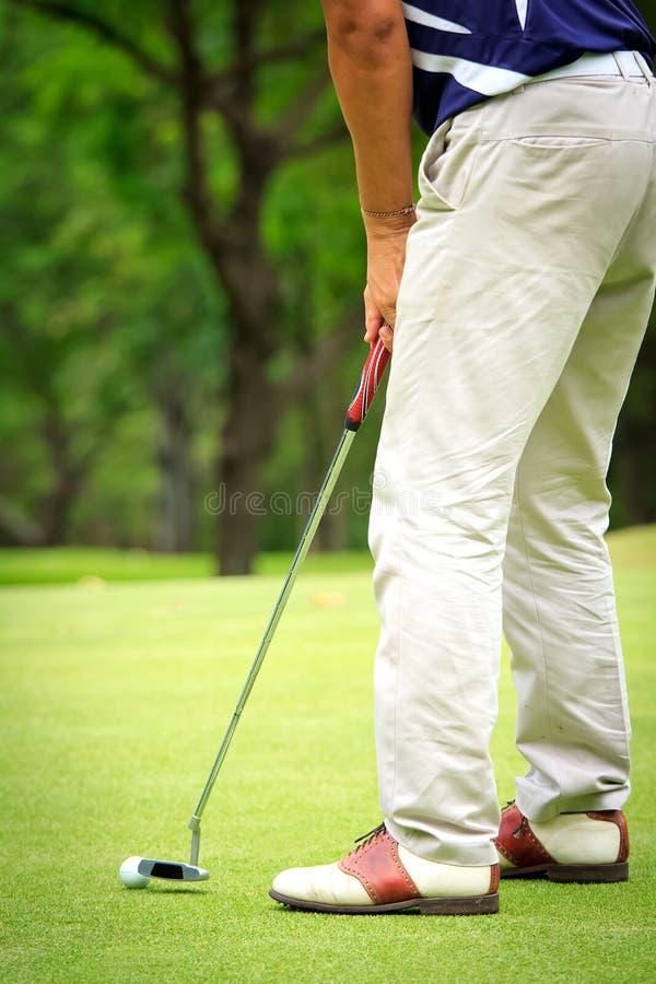 Golfare som skjuter en golfboll fotografering för bildbyråer