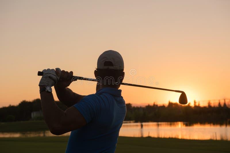 Golfare som slår det långa skottet arkivbild