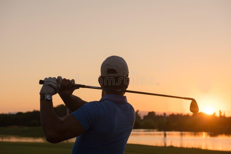 Golfare som slår det långa skottet royaltyfri fotografi
