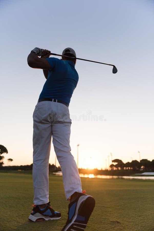 Golfare som slår det långa skottet royaltyfria bilder