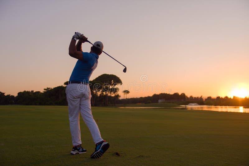 Golfare som slår det långa skottet royaltyfria foton