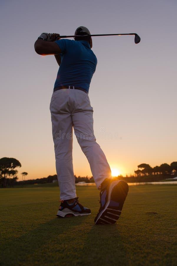 Golfare som slår det långa skottet fotografering för bildbyråer