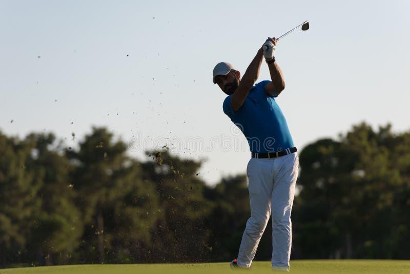 Golfare som slår det långa skottet royaltyfri foto