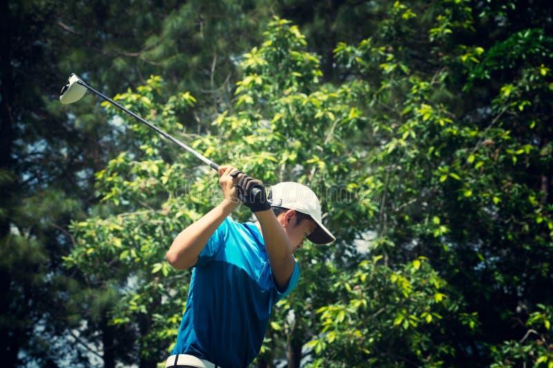 Golfare som slår golfskottet med klubban arkivbilder
