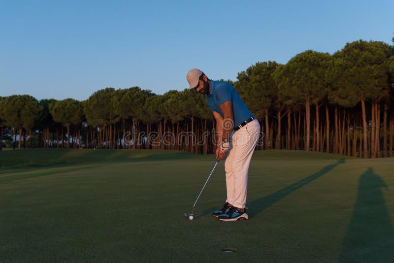 Golfare som slår skottet på golfbanan royaltyfri bild