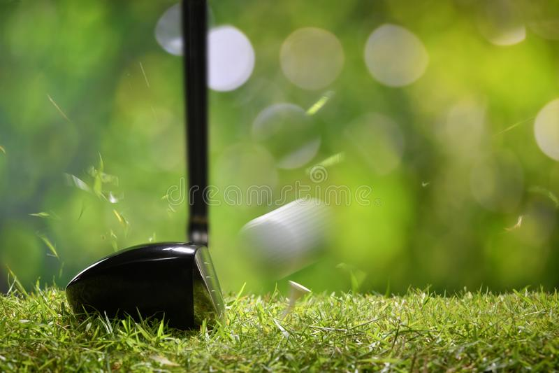 Golfare som teeing av golfboll från utslagsplats arkivbild
