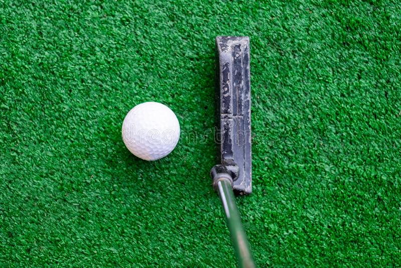 Golfaren som förbereder sig på utbildning, sätter med golfboll arkivfoto
