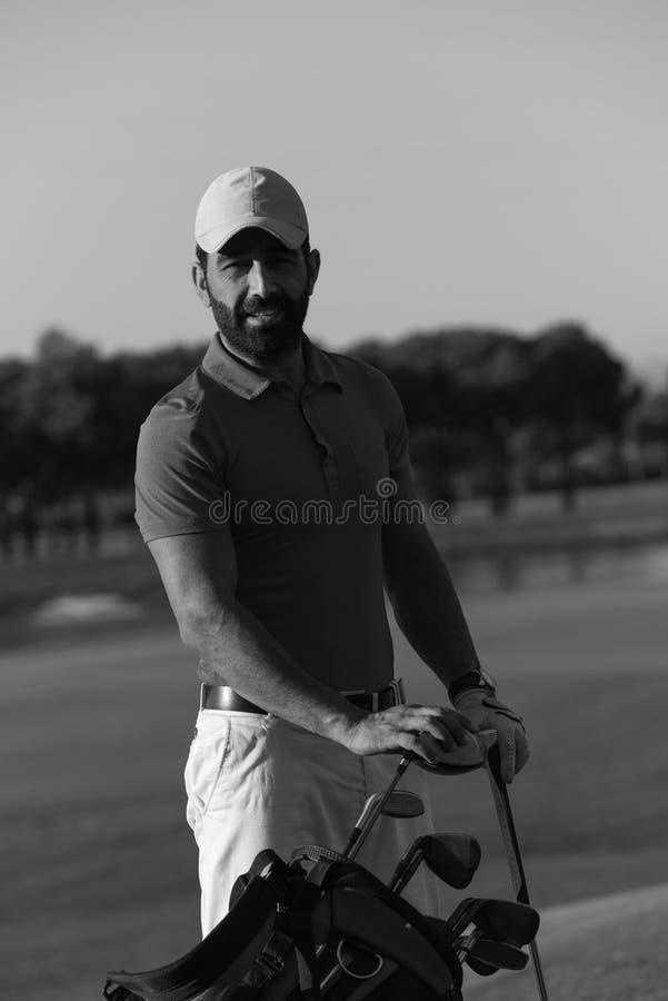 Golfarestående på golfbanan royaltyfri foto