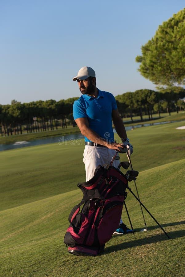 Golfarestående på golfbanan arkivfoto