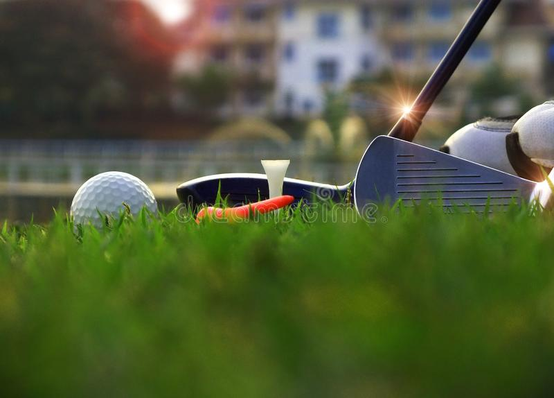 Golfausr?stung in einem gr?nen Rasen stockbild