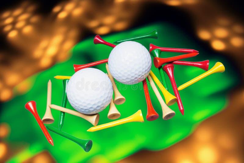 Golfbälle und Golf-T-Stücke stockfotografie