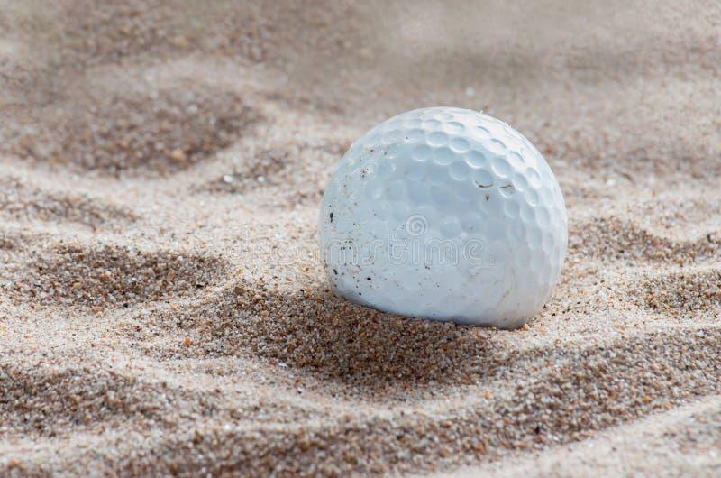 Golfbal in de Bunker van het Zand royalty-vrije stock afbeelding