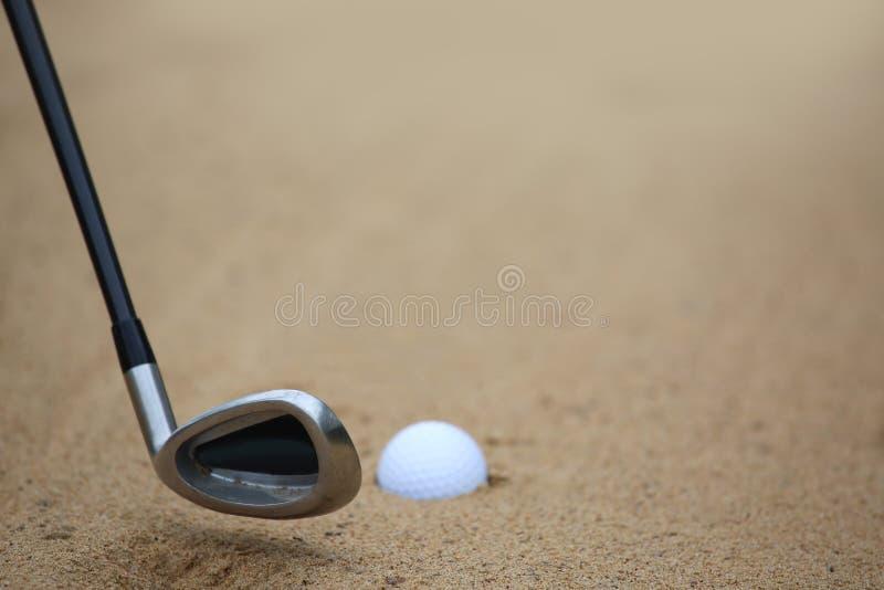 Golfbal in de Bunker van het Zand royalty-vrije stock afbeeldingen