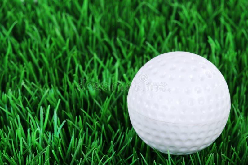 Golfbal in de weide stock afbeeldingen