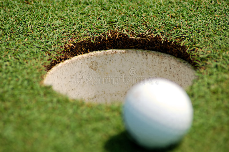 Golfbal dichtbij gat royalty-vrije stock foto's
