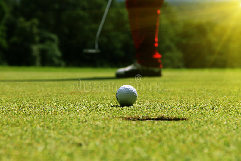 golfbal in golfcursus royalty-vrije stock afbeelding