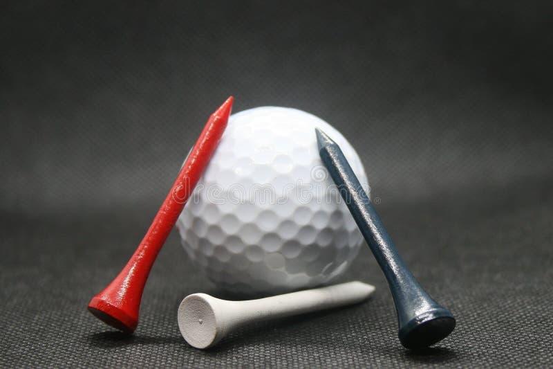 Golfbal met T-stukken royalty-vrije stock afbeeldingen