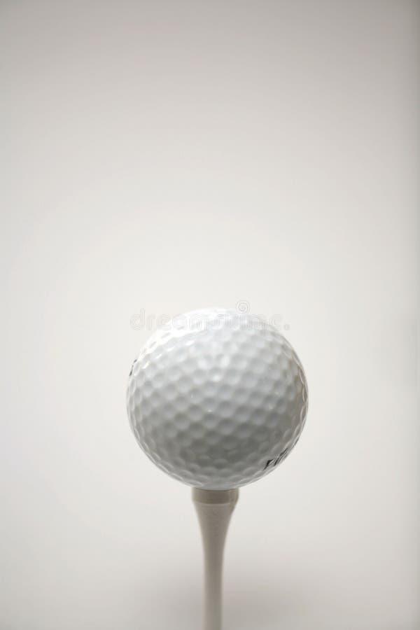 Golfbal op een T-stuk. royalty-vrije stock afbeelding