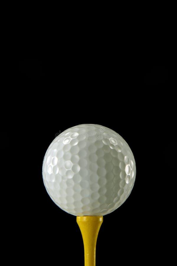 Golfbal op Geel T-stuk royalty-vrije stock afbeeldingen