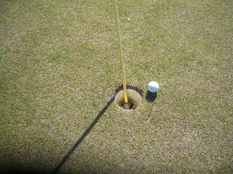 Golfbal op groen gras stock fotografie