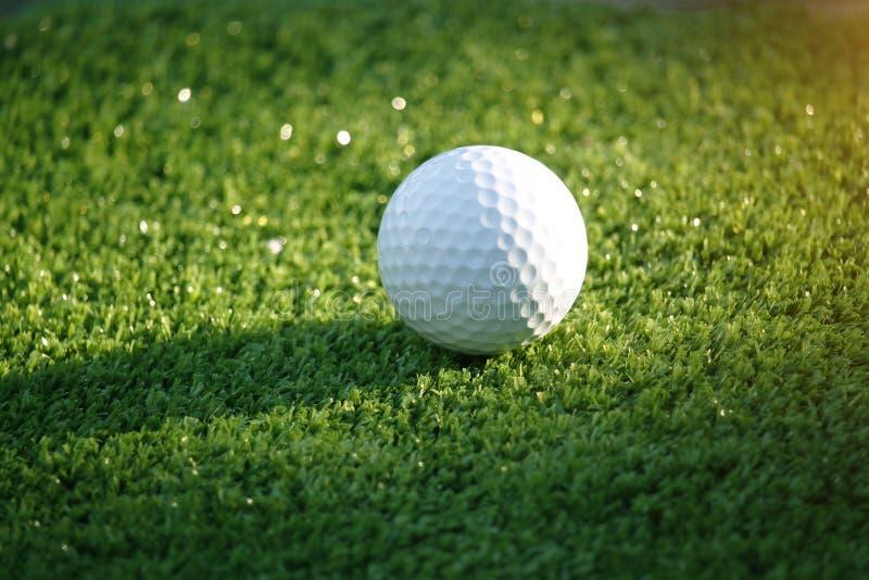 Golfbal op groen in mooie golfcursus bij bokehachtergrond Golfmateriaal op groen in golfcursus royalty-vrije stock afbeeldingen