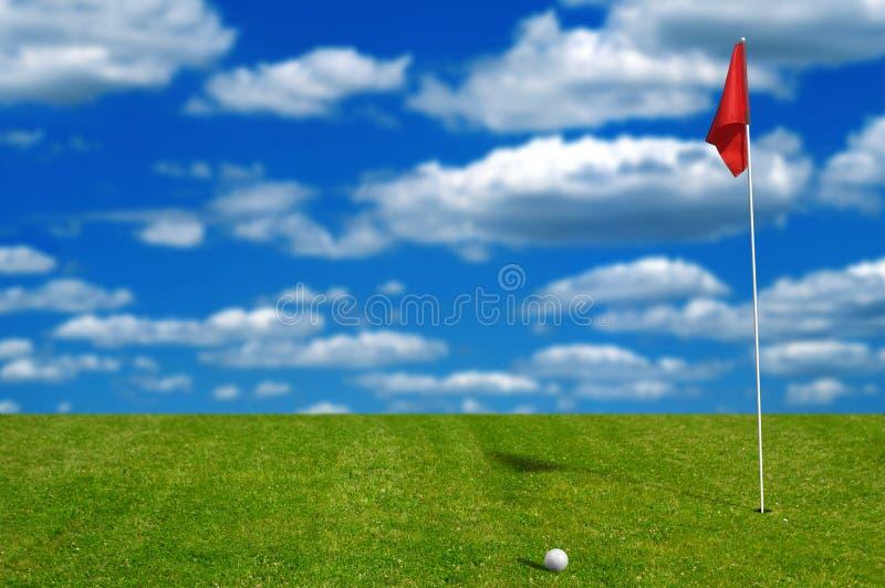 Golfbal op groen zetten royalty-vrije stock afbeeldingen