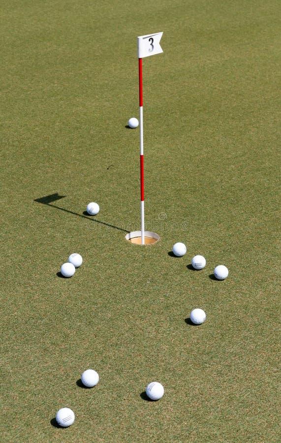Golfbal op groene praktijk royalty-vrije stock fotografie