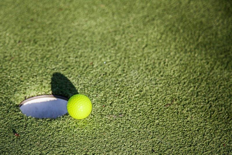 Golfbal op Rand van Gat stock afbeeldingen