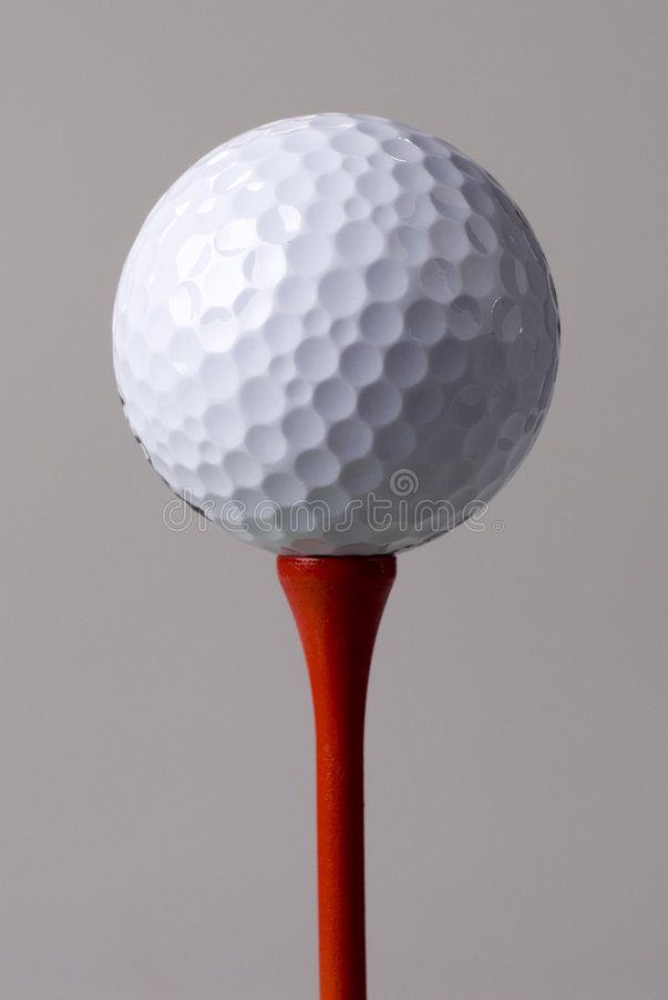 Golfbal op rood T-stuk stock foto