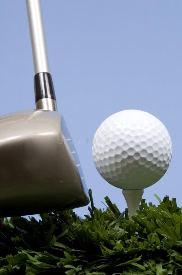 Golfbal op T-stuk op gras met bestuurder royalty-vrije stock afbeelding