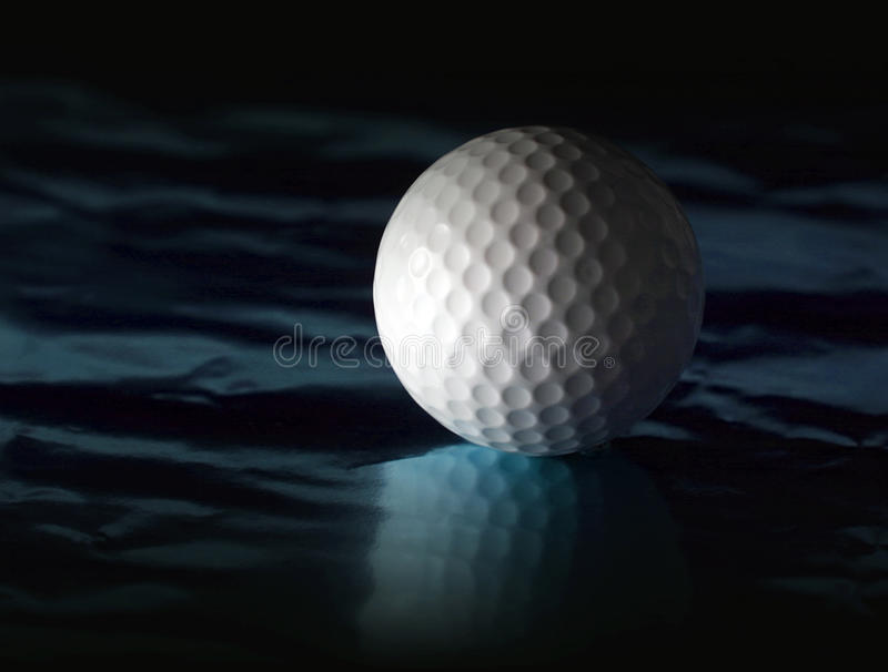 Golfbal op weerspiegelende oppervlakte royalty-vrije stock foto's