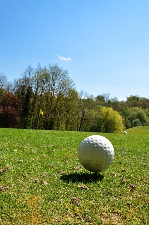 Golfball auf einem Golfplatz stockfotos