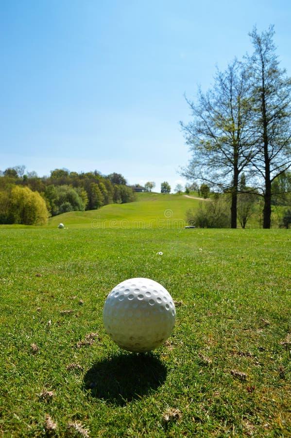 Golfball auf einem Golfplatz lizenzfreies stockbild