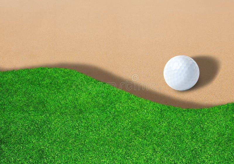 Golfball auf Sandfang mit Kopien-Raum lizenzfreie stockbilder