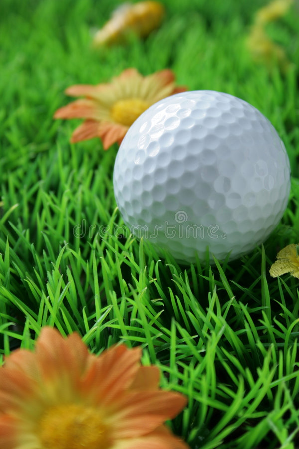 Golfball in close-up op kunstmatig gras royalty-vrije stock foto