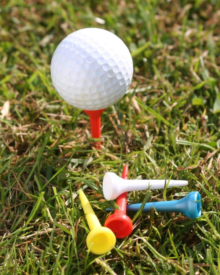 Golfball con i T su erba immagini stock libere da diritti
