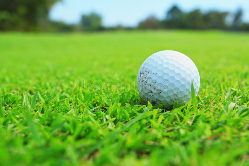 Golfball In Der Fahrrinne Stockfoto