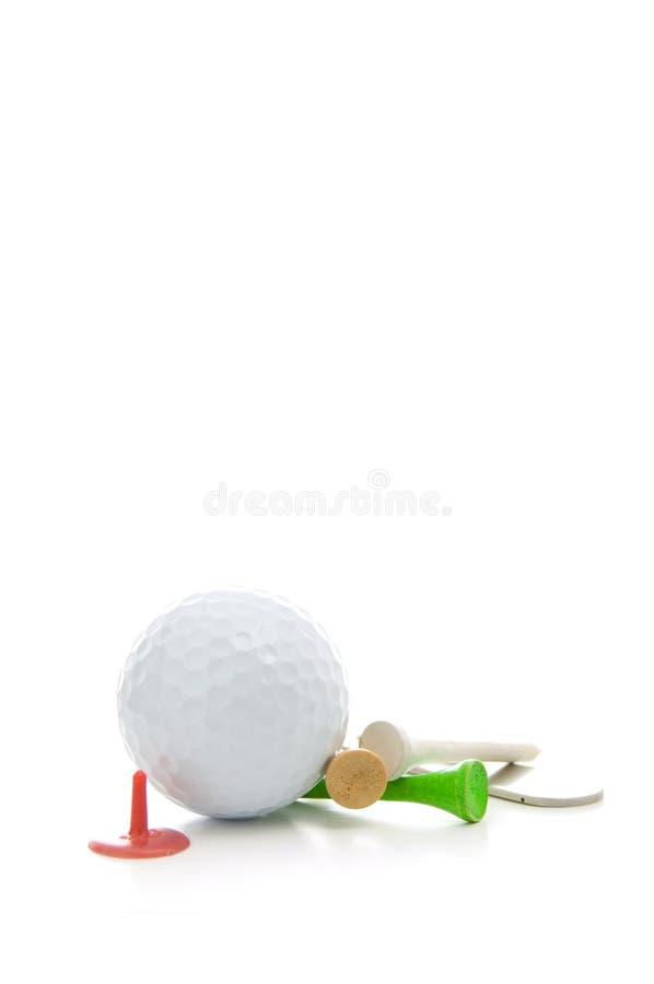 Golfball, Divot-Reparatur-Werkzeug, farbige T-Stücke und Zusätze lokalisiert auf weißem Hintergrund stockfotografie