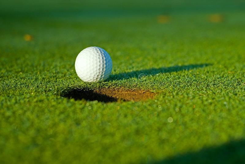 Golfball ein nahe bei Loch 5 stockbilder