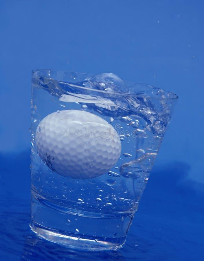 Golfball im Wasser stockfoto